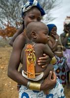 Bébé mucubal avec son talisman