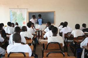 Cours de portugais dans une école de Luanda