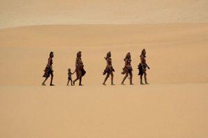 Groupe d'himbas dans le desert de Namibe